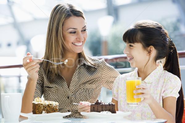 Anne kız kek kafe meyve suyu çocuk Stok fotoğraf © monkey_business