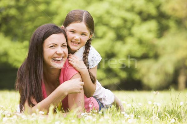 Moeder dochter buitenshuis glimlachend bloem gelukkig Stockfoto © monkey_business