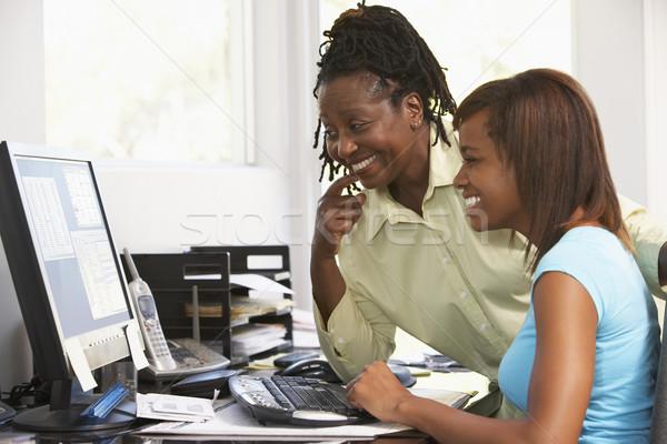 Mulher assistindo filha computador feliz secretária Foto stock © monkey_business