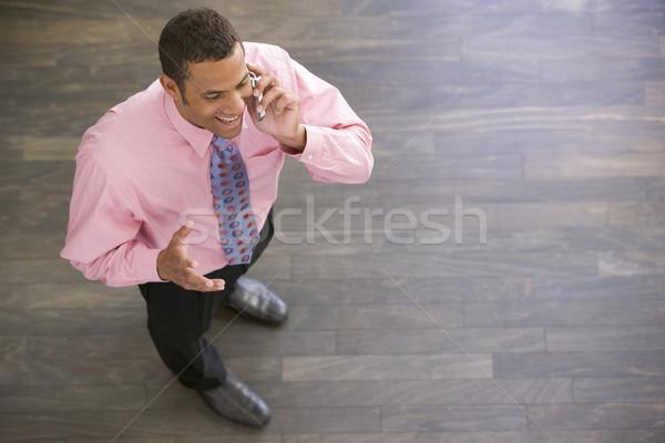 Foto stock: Empresário · em · pé · celular · sorridente · homem