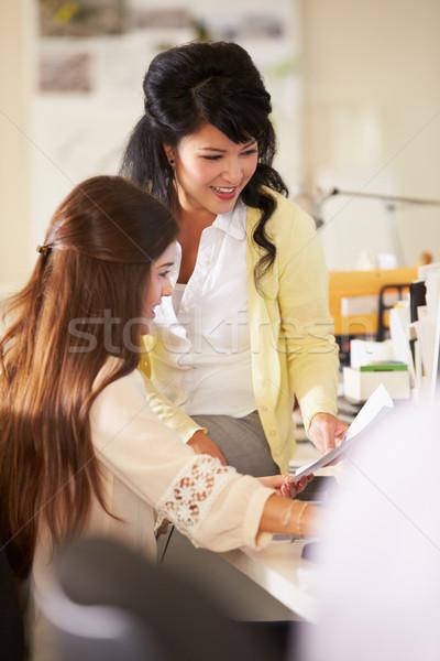 Zdjęcia stock: Dwie · kobiety · pracy · zajęty · twórczej · biuro · działalności