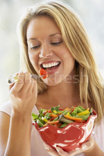 Foto stock: Mulher · jovem · alimentação · salada · tomates · sorridente · vegetal