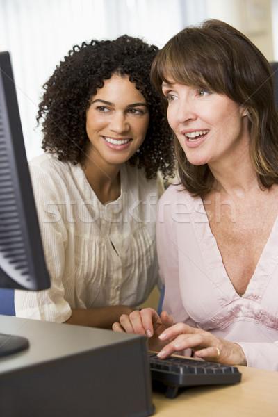 Dos femenino estudiantes adultos de trabajo ordenador junto Foto stock © monkey_business