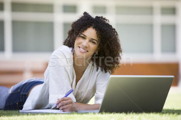 Foto d'archivio: Donna · utilizzando · il · computer · portatile · campus · computer · carta · erba