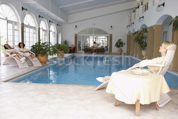 Vrouwen ontspannen rond zwembad spa vrienden Stockfoto © monkey_business