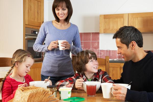 ストックフォト: 家族 · 食べ · 朝食 · 一緒に · キッチン · 少女