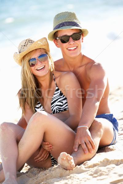 Tini pár élvezi tengerparti nyaralás együtt tengerpart Stock fotó © monkey_business