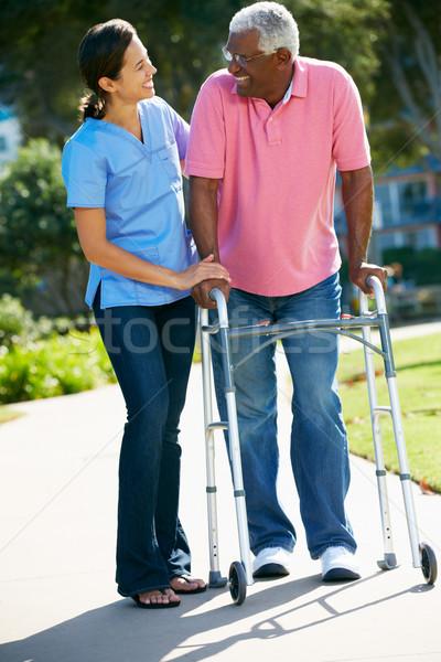Gondozó segít idős férfi sétál keret Stock fotó © monkey_business