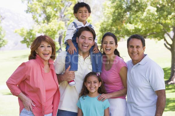 Uitgebreide familie permanente buitenshuis glimlachend familie paar Stockfoto © monkey_business