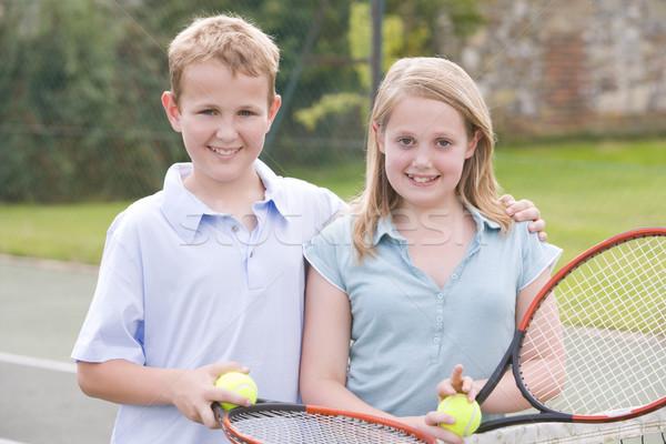 Foto d'archivio: Due · giovani · amici · campo · da · tennis · sorridere · bambini