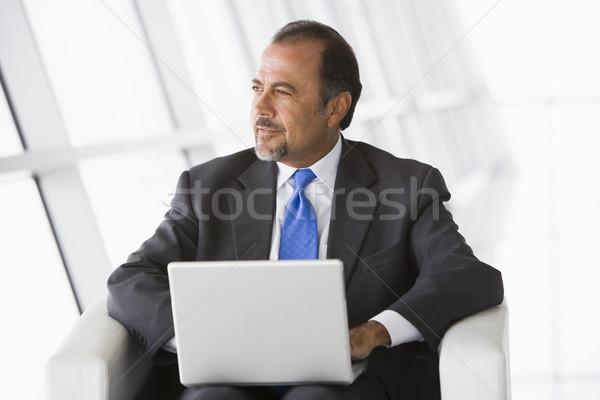 Zdjęcia stock: Biznesmen · za · pomocą · laptopa · lobby · biuro · człowiek · miasta