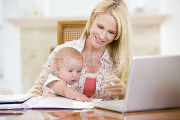 Stockfoto: Moeder · baby · eetkamer · laptop · glimlachend · business