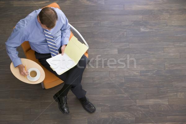 Zdjęcia stock: Biznesmen · posiedzenia · kawy · folderze · człowiek