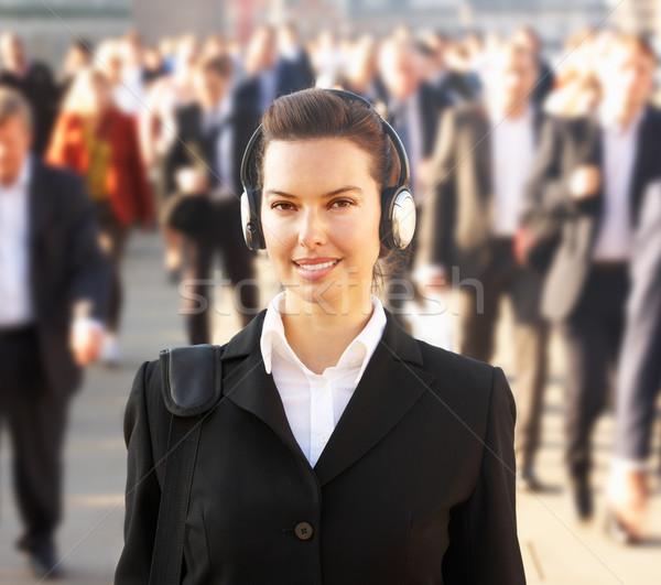 Vrouwelijke forens menigte hoofdtelefoon stad Stockfoto © monkey_business