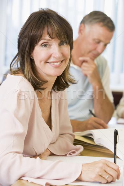 Estudiar otro estudiantes adultos mujer papel Foto stock © monkey_business