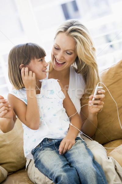 Vrouw jong meisje woonkamer mp3-speler glimlachende vrouw glimlachend Stockfoto © monkey_business