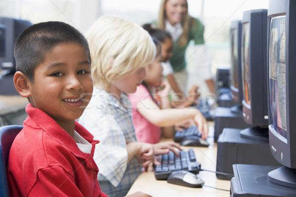 Foto stock: Kindergarten · ninos · aprendizaje · computadoras · escuela · teclado