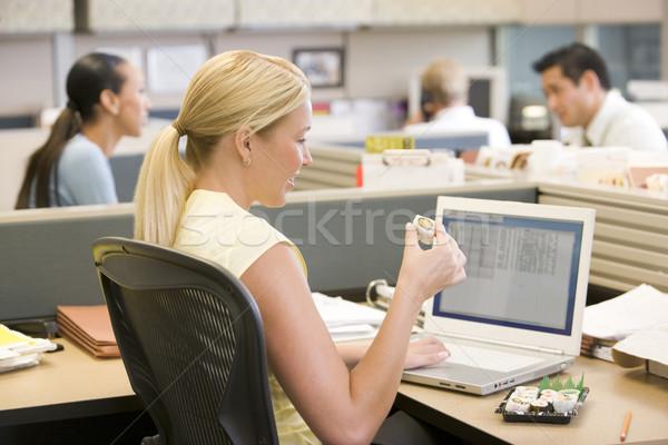 Foto stock: Empresária · usando · laptop · alimentação · sushi · escritório