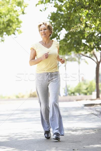 Zdjęcia stock: Starszy · kobieta · jogging · parku · szczęśliwy · uruchomiony