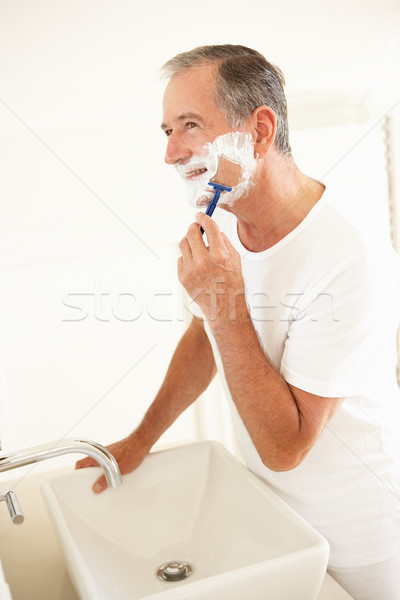 Altos hombre bano espejo sonrisa retrato Foto stock © monkey_business