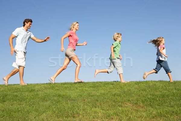 Giovani famiglia genitori bambini esecuzione campo Foto d'archivio © monkey_business