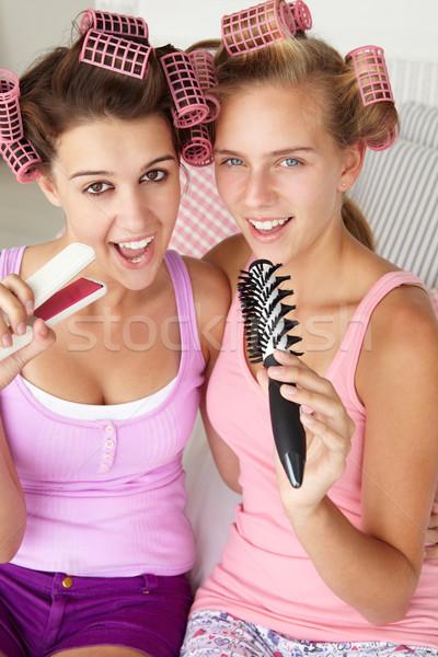 Tinilányok haj család szépség mikrofon barátok Stock fotó © monkey_business