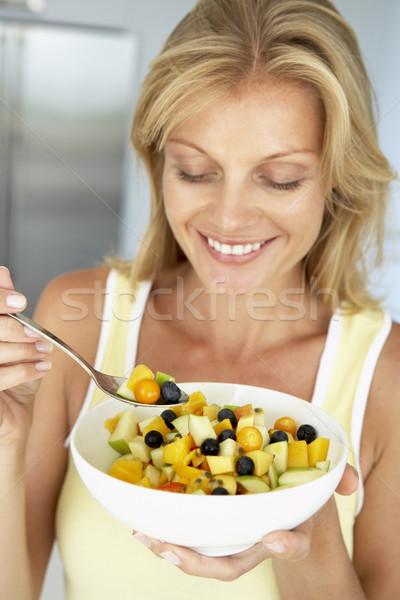 Stock fotó: Felnőtt · nő · eszik · tál · friss · gyümölcs · étel