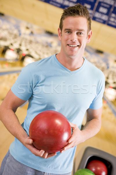 Junger Mann halten Bowlingkugel Kegelbahn glücklich Sport Stock foto © monkey_business