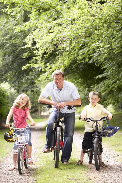 Сток-фото: отец · детей · верховая · езда · велосипедах · счастливым