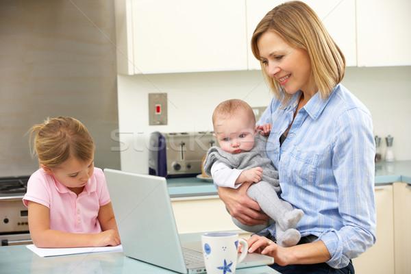 Mãe crianças usando laptop cozinha família menina Foto stock © monkey_business