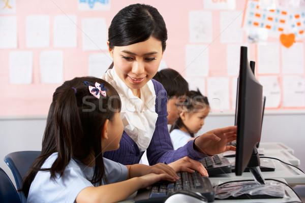 Maestro ayudar estudiante ordenador clase chino Foto stock © monkey_business