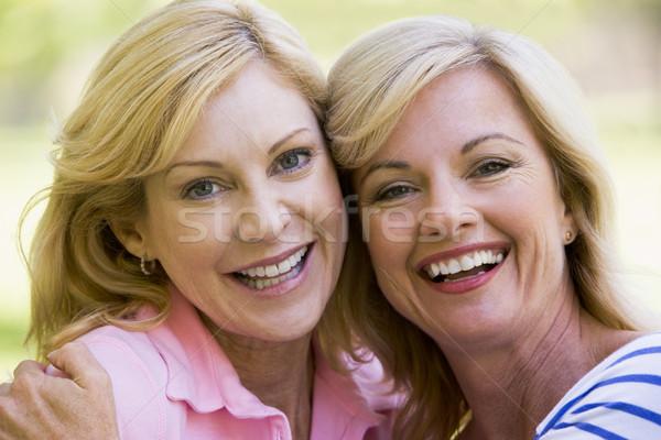 ストックフォト: 二人の女性 · 屋外 · 笑みを浮かべて · 幸せ · 友達