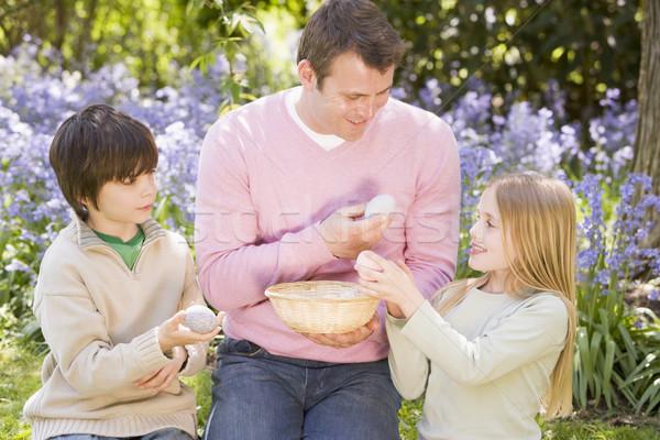 Photo stock: Père · deux · jeunes · enfants · Pâques · regarder