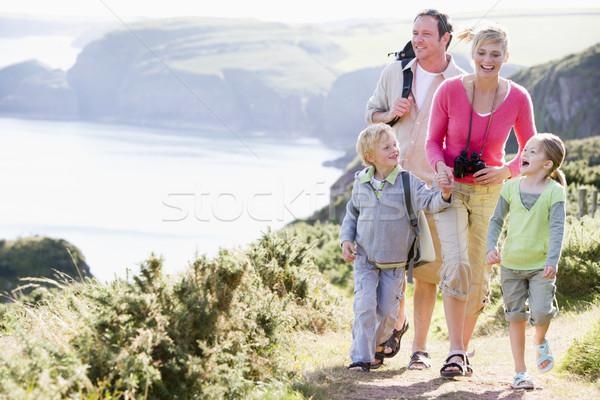 Сток-фото: семьи · ходьбе · пути · , · держась · за · руки · улыбаясь · счастливым