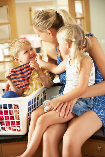 Stockfoto: Moeder · kinderen · wasserij · vergadering · aanrecht · familie