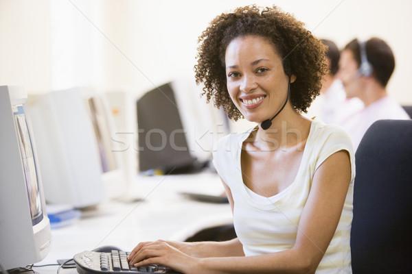 Vrouw hoofdtelefoon computerruimte glimlachende vrouw glimlachend Stockfoto © monkey_business