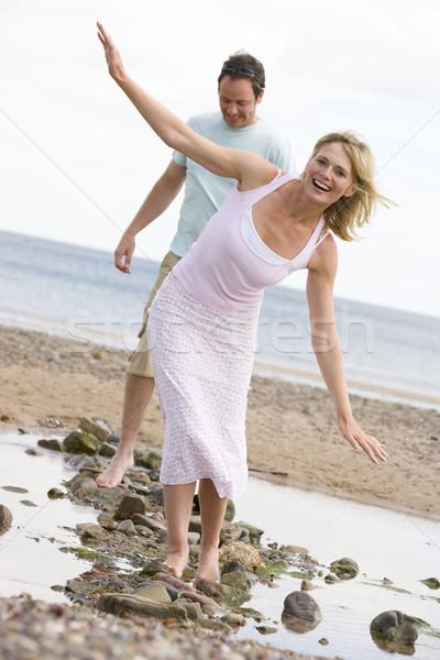 Stockfoto: Paar · strand · lopen · stenen · glimlachend · vrouw