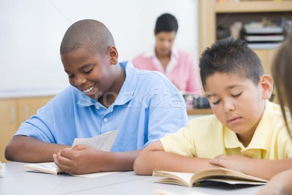 Szkoła podstawowa klasie grupy studentów czytania książek Zdjęcia stock © monkey_business
