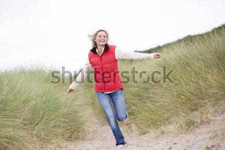 Photo stock: Femme · marche · plage · femme · souriante · souriant · hiver