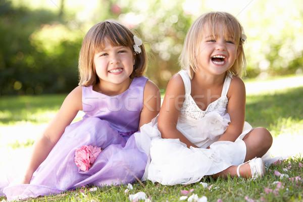 Due giovani ragazze posa parco primavera Foto d'archivio © monkey_business