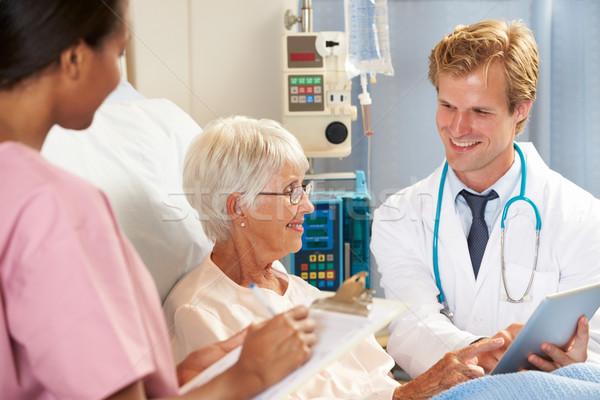 Medico digitale tablet consultazione senior femminile Foto d'archivio © monkey_business