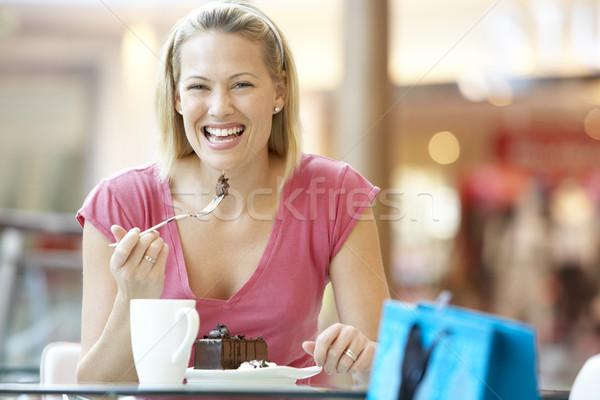Foto stock: Mulher · alimentação · peça · bolo · shopping · café