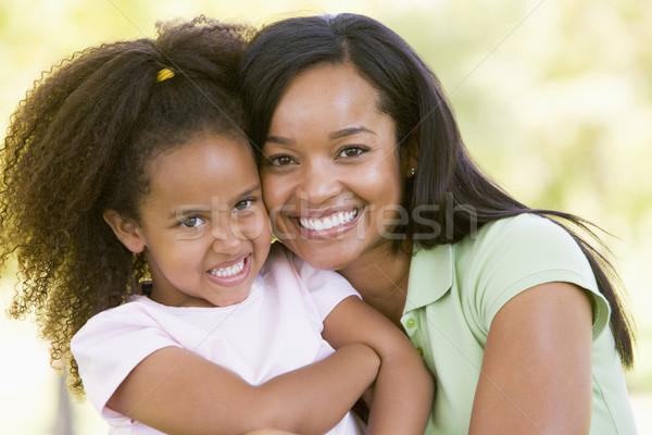 ストックフォト: 女性 · 若い女の子 · 屋外 · 笑顔の女性 · 笑みを浮かべて