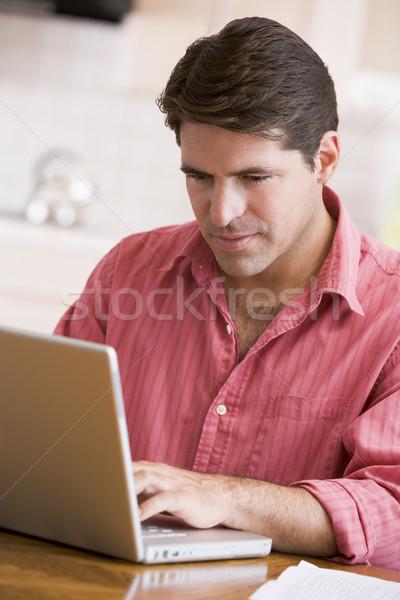 Foto stock: Hombre · cocina · usando · la · computadora · portátil · ordenador · de · trabajo · surf