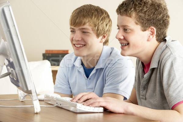 Dos adolescentes ordenador casa hombre feliz Foto stock © monkey_business