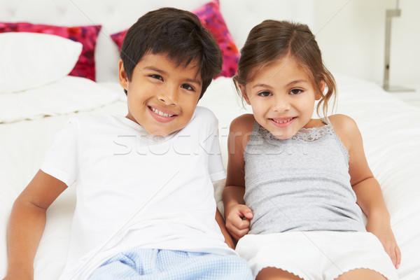 Kinderen bed pyjama samen jongen vrouwelijke Stockfoto © monkey_business