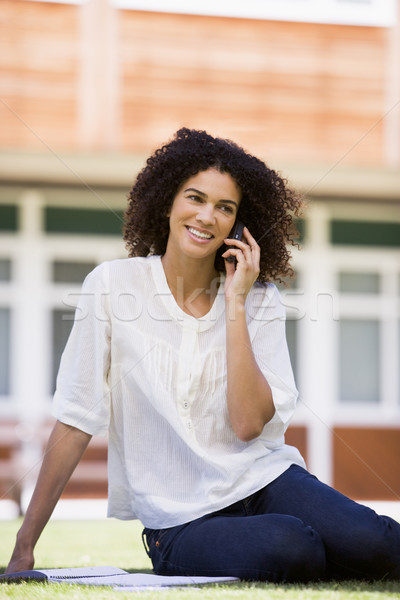 Stockfoto: Vrouw · mobiele · telefoon · vergadering · campus · gazon · student
