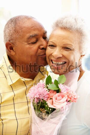 Stok fotoğraf: Koca · eş · çiçekler · öpüşme · gülen