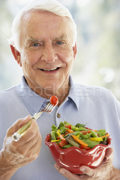 Senior man glimlachend camera eten salade Stockfoto © monkey_business