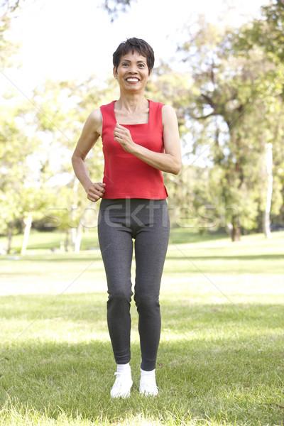 Foto stock: Senior · mulher · corrida · parque · feliz · corrida